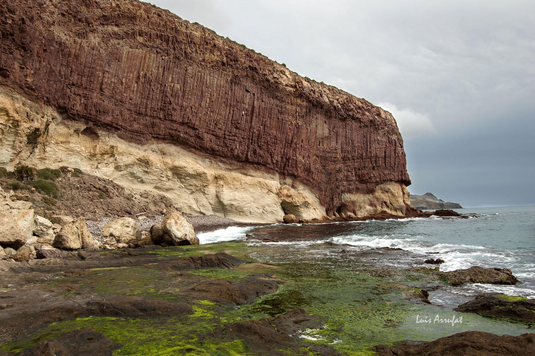 Domo dacítico en Cabo de Gata Disyunciones columnares de dacitas sobre depósitos de ignimbrtas.